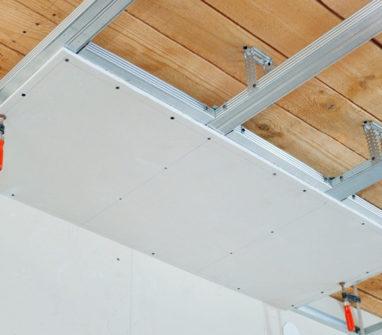 Варианты устройства потолка в деревянном доме