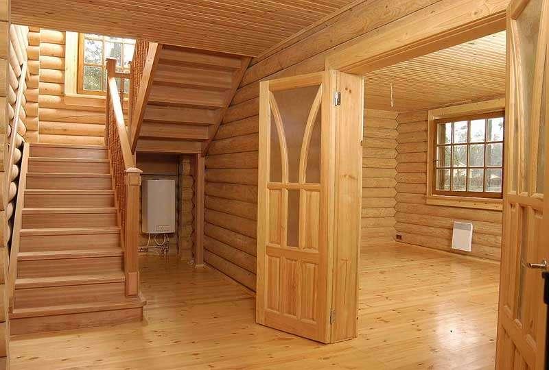 Внутреннее пространство дома из сруба