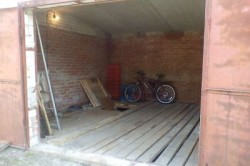 Пол из древесины в здании гаража